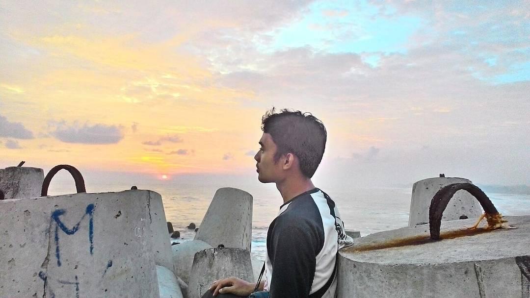 Tertegun Dengan Sunset Pantai Glagah Yang Sejukan Jiwa