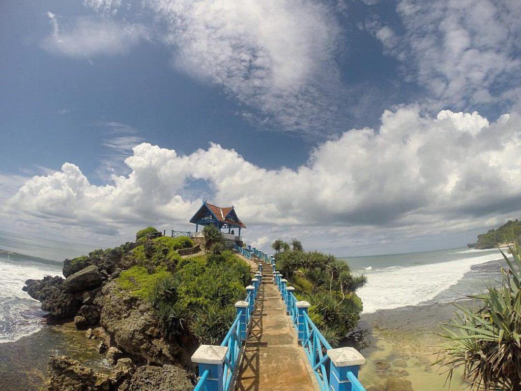 Pantai Kukup Gunung Kidul Yang Mempesona Dengan Pulau Juminonya